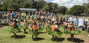 Bill F. Eger photo -- mass hula at He Hali`a Aloha O Lili`uokalani